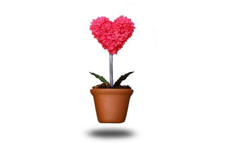 ollas de barro: árbol en forma de corazón en macetas de arcilla con trazado de recorte Foto de archivo