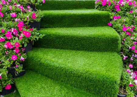 trap groen kunstgras met roze bloem