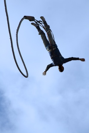 bungee jumping: Bungee Jumper con s�lo el cielo como fondo.