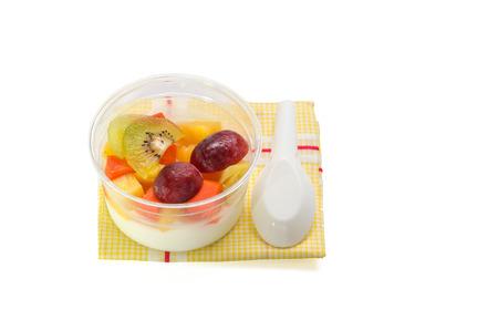 latte fresco: ricetta macedonia di frutta budino su sfondo bianco con tracciato di ritaglio Archivio Fotografico