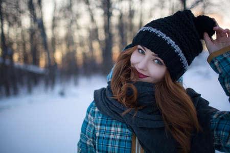 Roodharig meisje met make-up in het bos in de winter Stockfoto