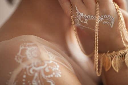 hinduismo: Mano y brazo pintados con henna. De cerca. Preparación de la boda