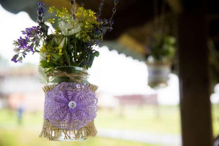 Na ulici visí kytice z divokých květin. Close-up. Svatební dekorace. Ruční. Reklamní fotografie