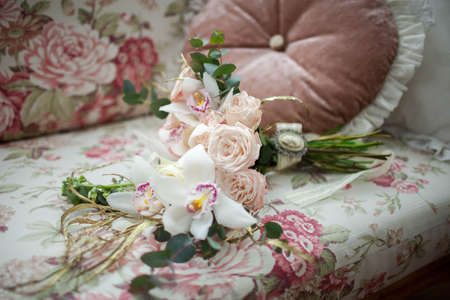divan: a beautiful bouquet of roses lying on the sofa