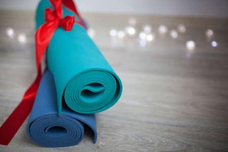 Zwei farbige Yogamatte mit einem Geschenkband
