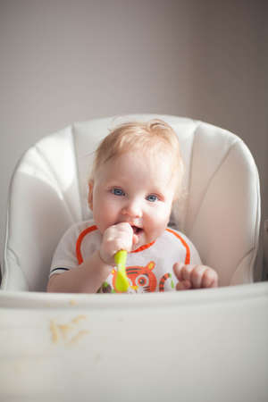 Baby 6 months old and he for the first time tries vegetable squash 스톡 콘텐츠