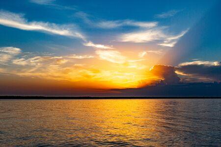 Coucher de soleil en plein air au bord du lac