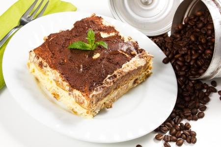 tiramisu: Tranche de self-made dessert italien tiramisu servi sur un plateau