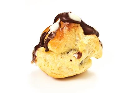 choux: Crema de chocolate choux en el fondo con
