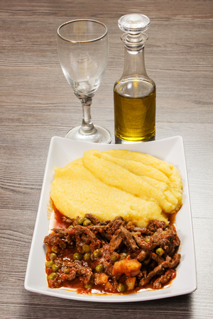 polenta with braised beef with gravy and peand