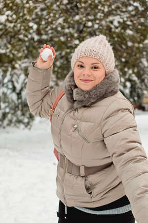palle di neve: Girl throws snowballs