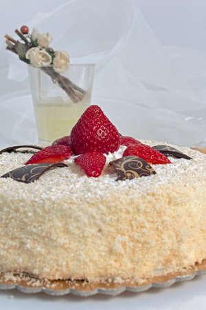 invitando: Invitando pastel con bizcocho y fresas rojas