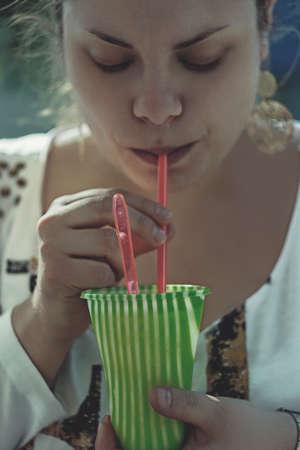granizados: niña comiendo su aguanieve Foto de archivo