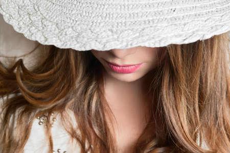 labios sensuales: chica rubia con el sombrero blanco