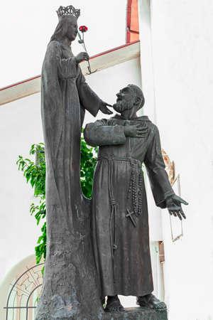 vierge marie: statue de la Vierge Marie et le P�re Pio Banque d'images