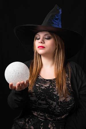 soothsayer: bruja sensual con bola mágica Foto de archivo