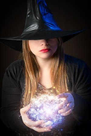adivino: bruja rubia hace magia con las manos