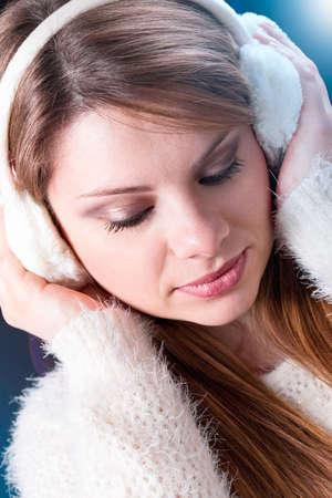 ni�as sonriendo: chica rubia con orejeras blancas y su�ter