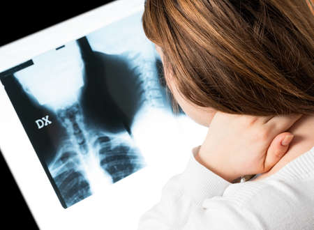 cervicales: mujer con dolor en el cuello uterino Foto de archivo