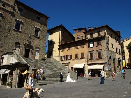 Cortona, Arezzo - Italia - 10 settembre 2011 - Modelli Sposi in piazza NEL centro di Cortona (AR) delle Nazioni Unite per Servizio FOTOGRAFICO TRA la gente.