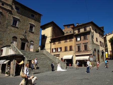 Cortona, Arezzo - Italia - 10 settembre 2011  - Sposi modelli in piazza nel centro di Cortona (AR) per un servizio fotografico  tra la gente.