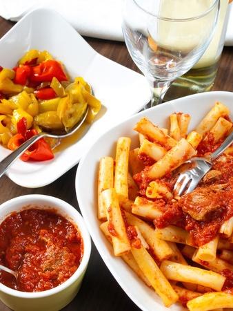 Napolitaanse lunch Macaroni uit de oven met saus tomaten ragu, vlees en paprika gebakken