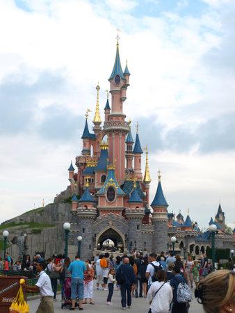 PARIJS, EURODISNEY-JULI-5: ingang van het beroemde park in Parijs Eurodisney met bijna 16 miljoen bezoekers in 2011 in Parijs op 5 juli 2012 in Parijs. Redactioneel