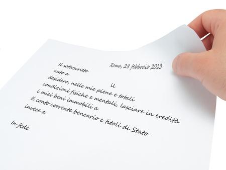 testament schreiben: Hand h�lt ein Papier mit dem Willen