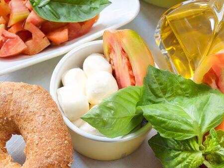 napoletana: napoletana cibo essiccato il pane con olio e pomodoro e mozzarella