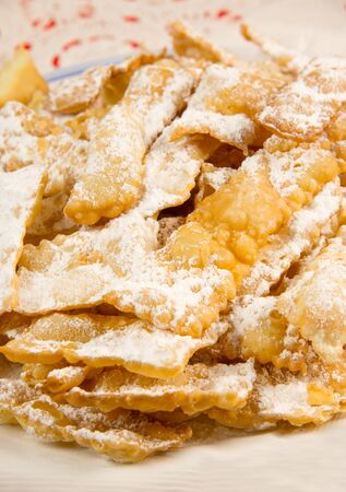 sucre glace: chiacchiere, italiens frits biscuits de carnaval avec le sucre glace Banque d'images