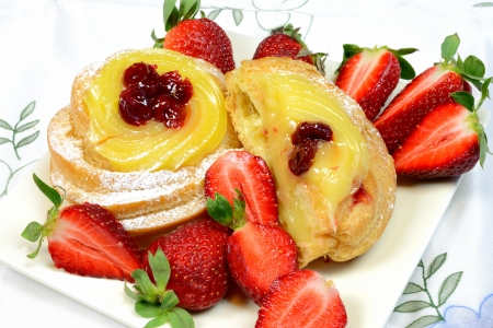 napoletana: zepppole originale fritta napoletana pasticceria con fragole