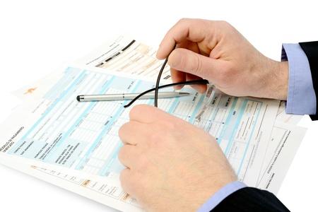 business consultant controleert verschillende belastingformulieren