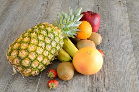 diverse verse gekleurde vruchten op houten tafel
