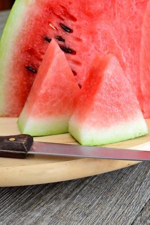 rode en zoete watermeloen gesneden op houten tafel