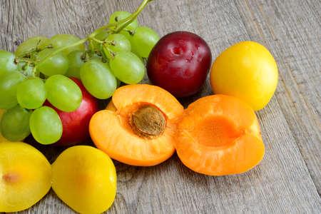 wei�e trauben: wei�en Trauben Aprikosen und Pflaumen Sommer Obst Lizenzfreie Bilder