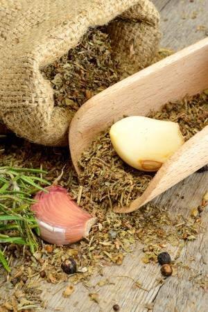 Erbe e fragrante sul tavolo di legno in un sacchetto di iuta Archivio Fotografico - 21399946