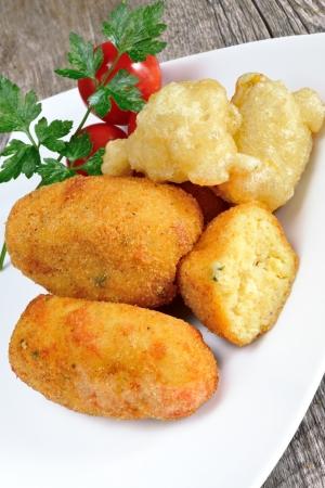 typisch Napolitaanse gerechten aardappelkroketten gebakken gemaakt met mozzarella kaas en spekjes
