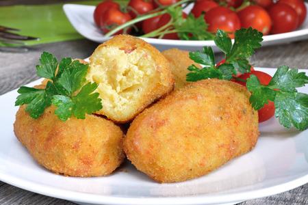 napoletana: cucina tipica napoletana crocchette di patate fritti con mozzarella e dadini di pancetta Archivio Fotografico