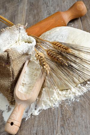 gerezen deeg voor pizza en brood gemaakt met meel, water, gist en zout Stockfoto