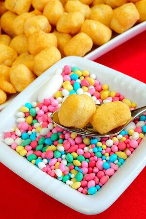 napoletana: struffoli cibo napoletano nel Natale pasticceria-time fritta con miele