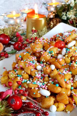 napoletana: struffoli piccola pasticceria napoletana nel periodo natalizio