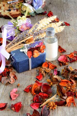 houten tafel met artikelen voor make-up en geurige bloemen gedroogd Stockfoto