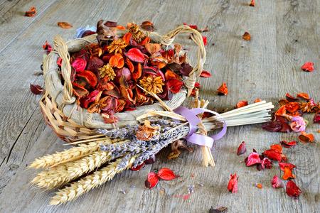 houten tafel met artikelen voor de make-up en geurige bloemen gedroogd Stockfoto