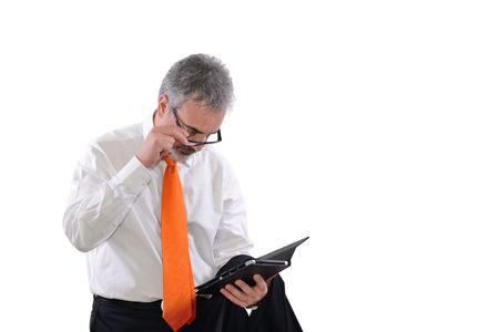 volwassen business man die moeite heeft het lezen op tablet