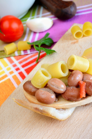 deegwaren te koken en voor te bereiden gekookt met rode bonen