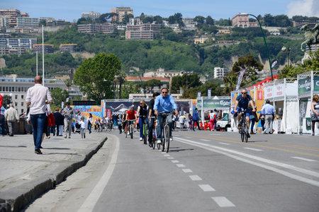 ordenanza: NAPOLES, ITALIA, 11 de mayo Una ordenanza del alcalde requiere el coche para detener los domingos ecol�gicos una vez al mes a todos los ciudadanos recurren a pie o en bicicleta en el 11 de mayo de 2014 en N�poles
