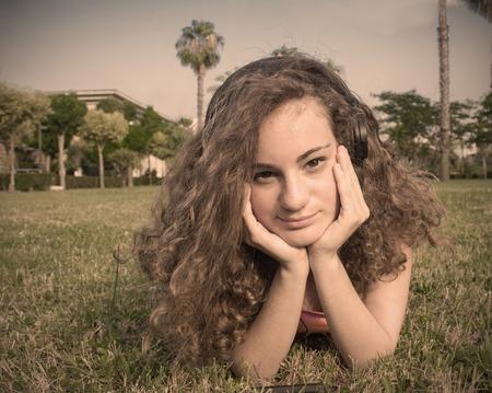 teenager thinking: Primer plano de una hermosa adolescente rubia pensando imagen Pelo rizado filtrada con Foto de archivo
