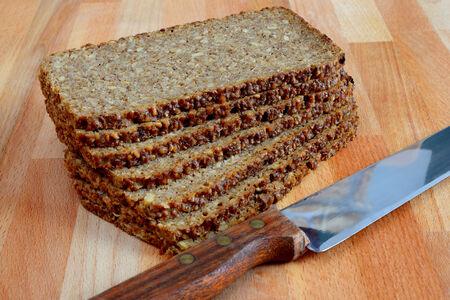 pain: pain de seigle tranch� sur la table en bois