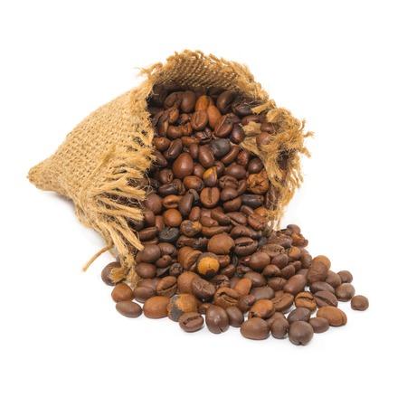 jute sack: chicchi di caff� nel sacco di iuta su sfondo bianco Archivio Fotografico
