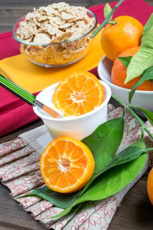 yogurt natural: baja en grasa yogur natural cremoso sabor a naranja Foto de archivo
